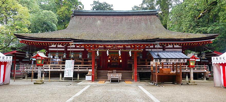 神宮 石上 奈良県天理市布留町ふるちょうにある日本最古の神社の一つで、古代豪族 物部氏もののべうじの氏神うじがみ神社である石上神宮いそのかみじんぐう。祭神の布都御魂大神ふつのみたまのおおかみは初代天皇、神武天皇を助けたという霊剣。